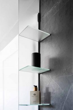 Dieses Luxusbad überzeugt mit einfachen Farben und Formen und hochwertigen Materialien