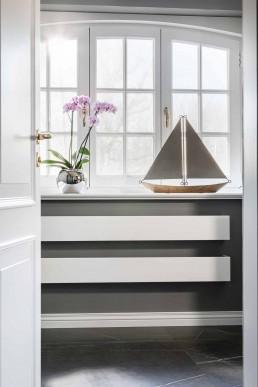 Luxusbad Sylt - Schlanke Handtuchwärmer unter den Fenstern.