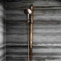 Hanseatisches Bad, Goldene Duscharmaturen