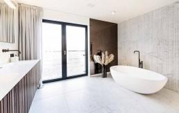 """Badewanne """"Spoon XL"""" von Agape, die Holzfronten sind Individualanfertigungen Naturstein Salvatori"""