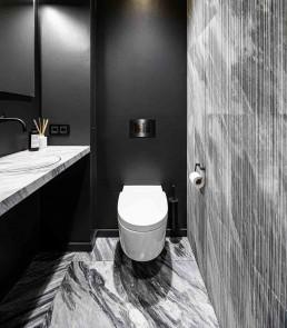 """Dusch WC """"Mera"""" von Geberit, Naturstein Salvatori Ablaufrinne Waschtisch Firma baqua, Armaturen von Vola"""
