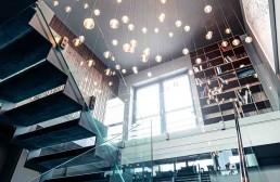 Treppenaufgang mit Blick in den Wohnbereich, Leuchten von Bocci