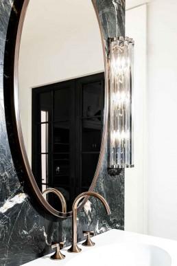 Armatur Dornbracht: Dark Platinum matt beschichtet | Spiegel Manufaktur | Leuchten Eichholtz | Becken Domovari