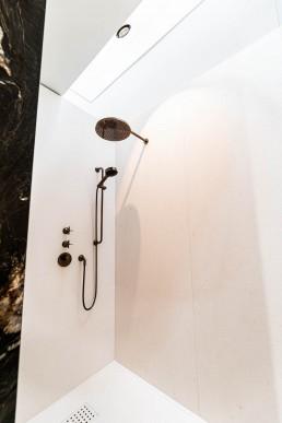 Duscharmatur & Duschkopf: Dornbracht Dark Platinum matt | Naturstein Pietra de Brera