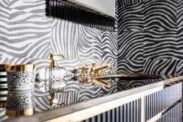 Doppelwaschtisch und Spiegel OASIS | Serie Academy, diverse Oberflächen und Materialien | Armatur DORNBRACHT Madison | Tapete ÉLITIS