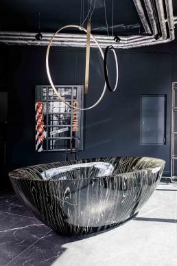 Traumbäder | Freistehende Badewanne aus lackiertem Holz LEGNA | Standarmatur DORNBRACHT Vaia | Lichtobjekt PANZERI | Kunstwerk britt_port1art