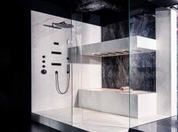 Traumbäder | Duschanlage: Duschkopf AXOR Shower Heaven, Armatur AXOR | Glas Duschkabine mit frei schwebender Tür auf Rollen HELLGLAS by RW LIFESTYLE | Duschrinne BAQUA