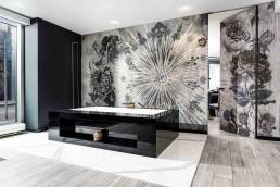 Freistehende Badewanne DOMOVARI mit Fach in Form, Größe und Farbe individuell gestaltbar | Armatur DORNBRACHT Deque |Tapete WALL & DECO | Tür LINVISIBILE